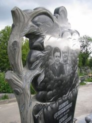 Двойной памятник 82